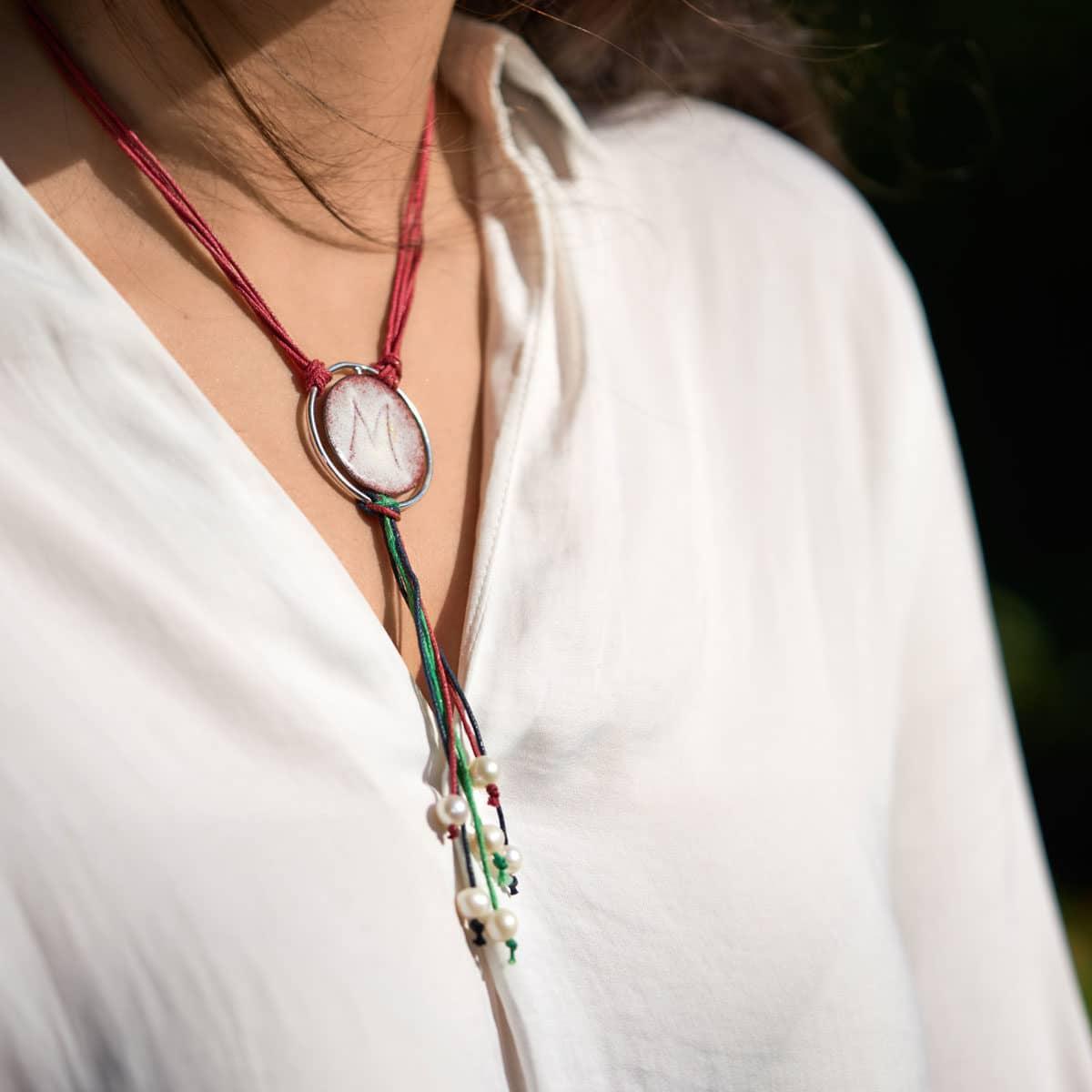Colgante de diseño modelo Ledicia, plata con esmalte al fuego, Joyas personalizadas. Siliva.