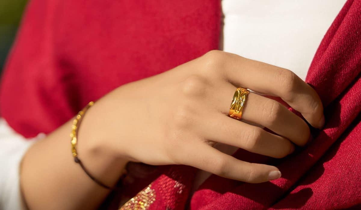 anillo de diseño modelo outono, joyería de diseño en plata con baño de oro. joyas siliva