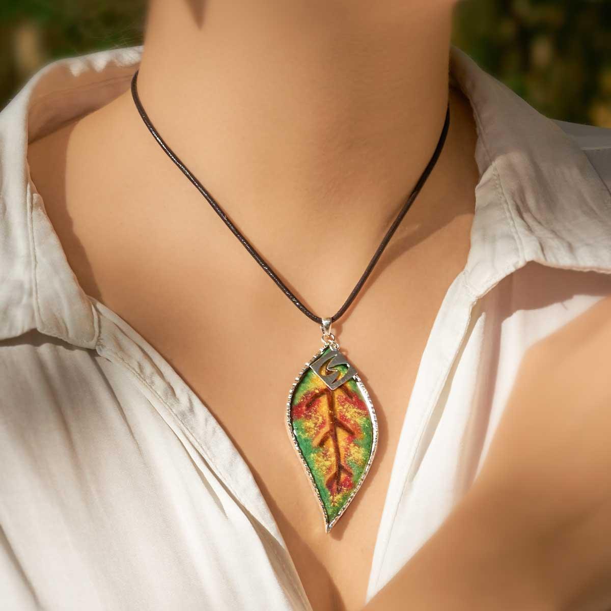 Colgante de hoja esmaltada y plata artesanal, modelo Loureiro, Joyas Siliva.