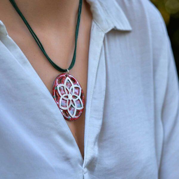 Colgante de diseño modelo Pétalos, artesanía de plata y esmalte al fuego, Joyas Siliva.
