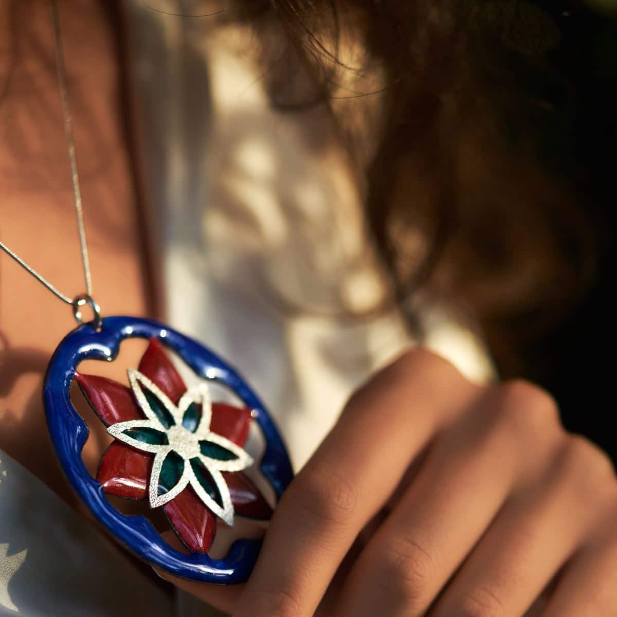 Colgante de esmalte al fuego y plata artesanal modelo Pétalos, Joyas Siliva.