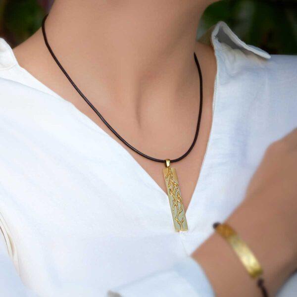 Colgante de diseño modelo Outono, plata con baño de oro, Joyas Siliva.