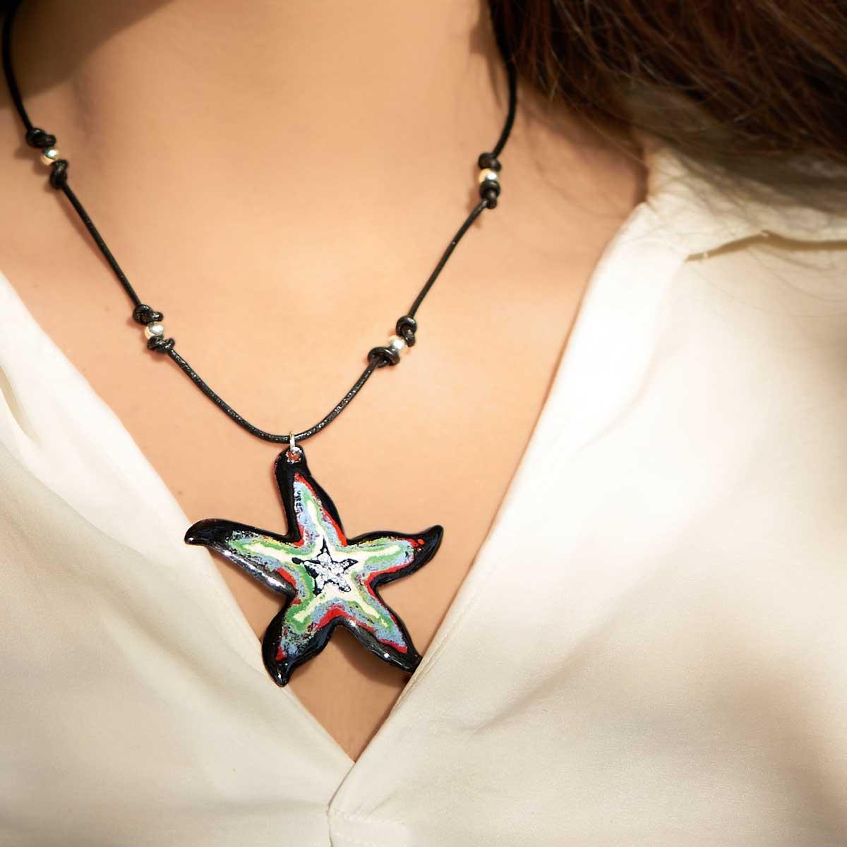 Colgante de diseño modelo Estrela, joyería de plata y esmalte al fuego. Joyas Siliva.