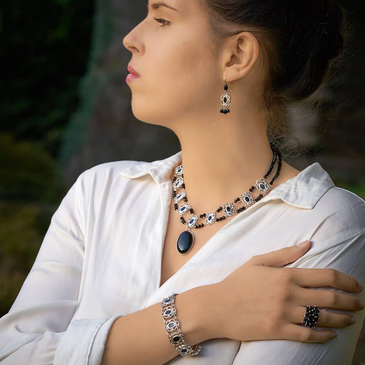 conjunto de diseño modelo Raíña, joyería de diseño en plata con esmalte al fuego y onix, joyas siliva.
