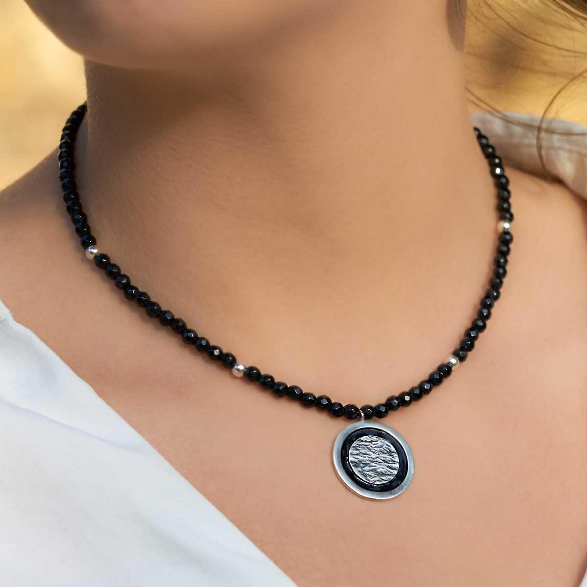 Collar de diseño modelo Lúa, plata, ónix, esmalte al fuego, Joyas Siliva.