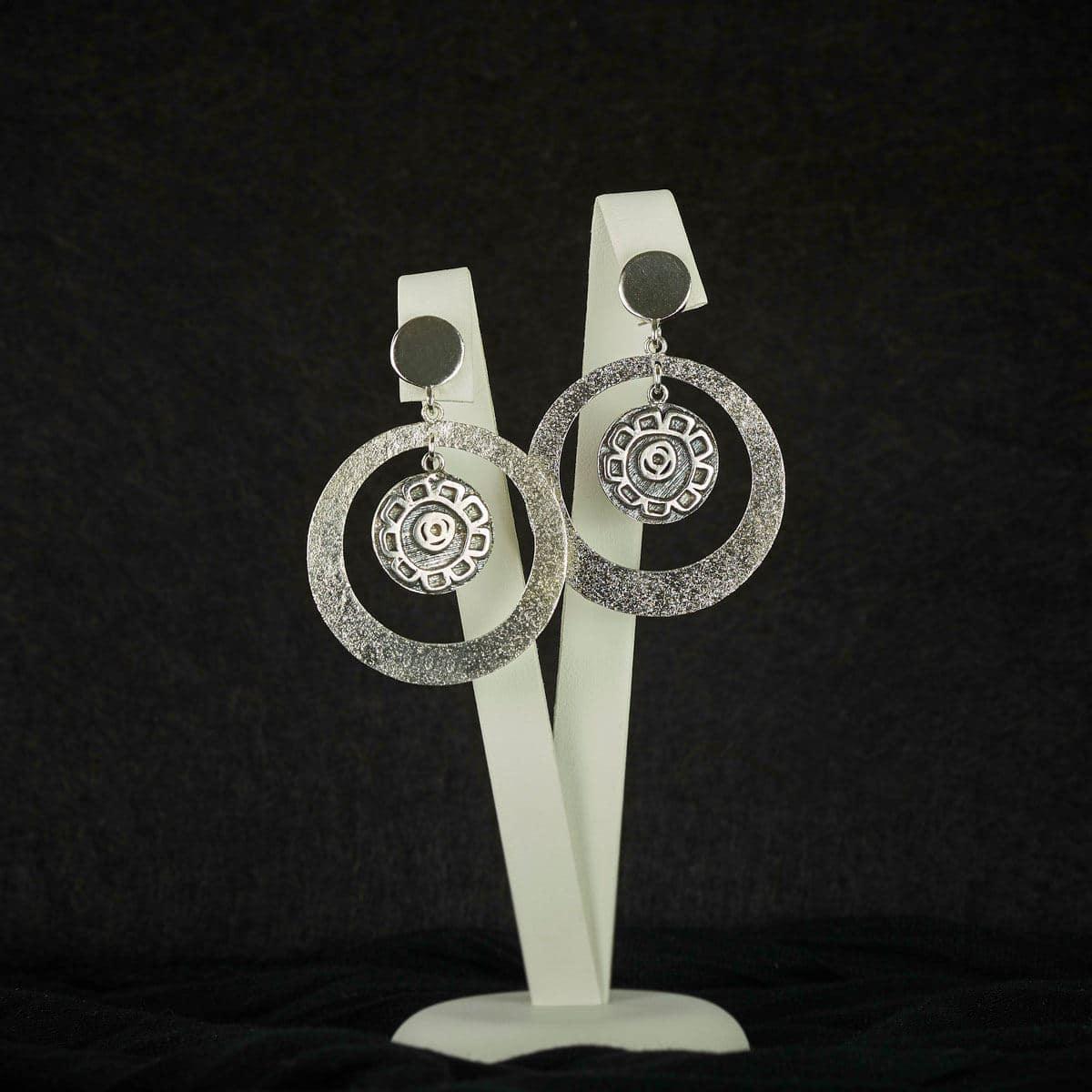 Pendientes de aros modelo Feitizo. Joyería de diseño en plata. Joyas siliva.
