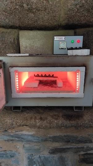 Foto del horno durante la cocción de un esmalte al fuego