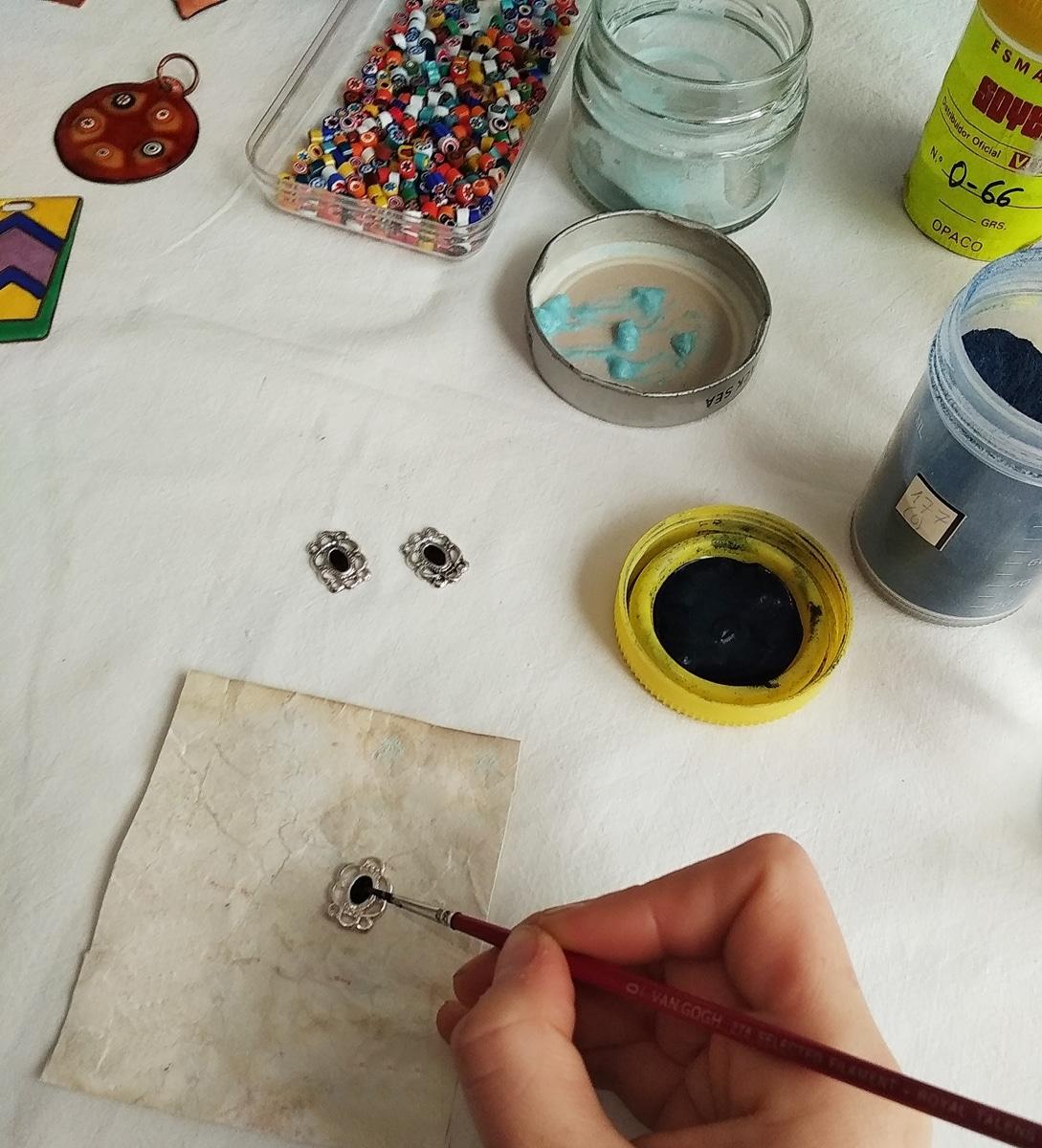 Clases de esmalte al fuego sobre metal. aplicación del esmalte. Joyas Siliva.