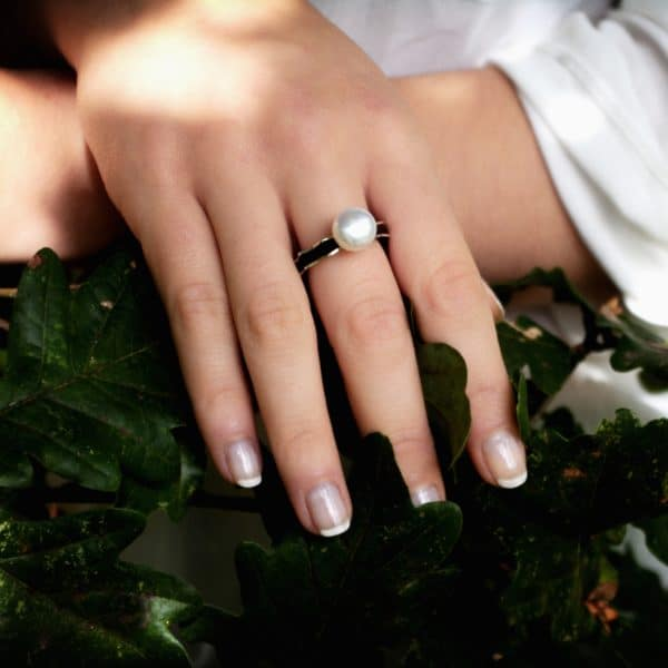 Anillo de plata, cuero y perla natural. Joyas Siliva.
