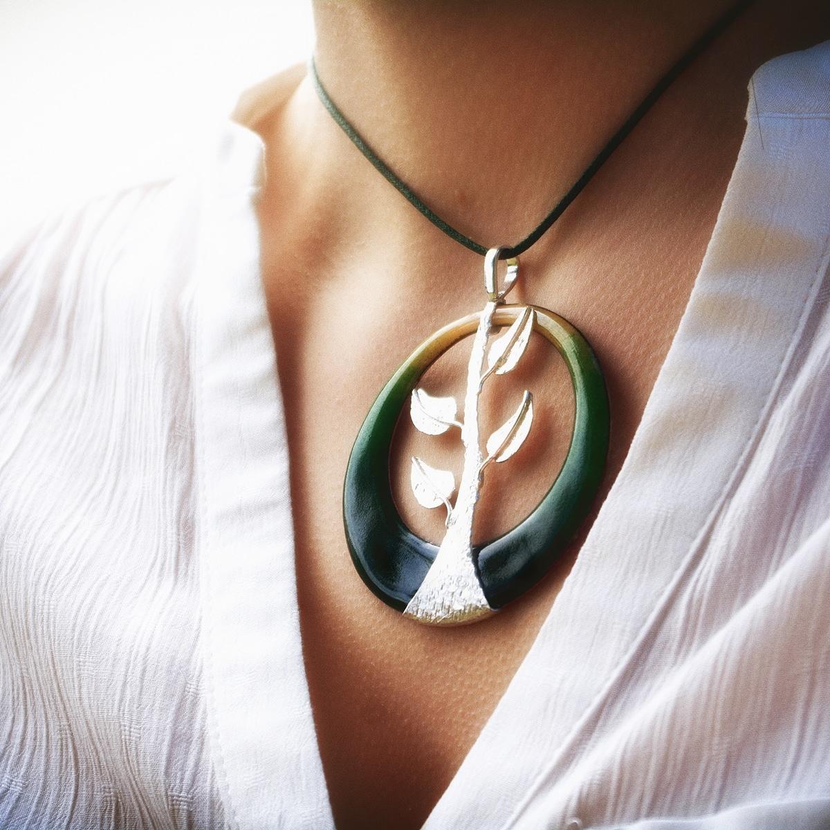 Colgante de diseño modelo Árbore, joyería de diseño en plata y esmalte al fuego. Joyas Siliva.