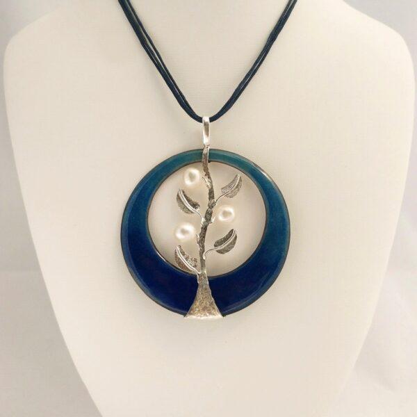 Colgante de plata con esmalte al fuego y perlas naturales. Modelo Brotes. Joyas Siliva.