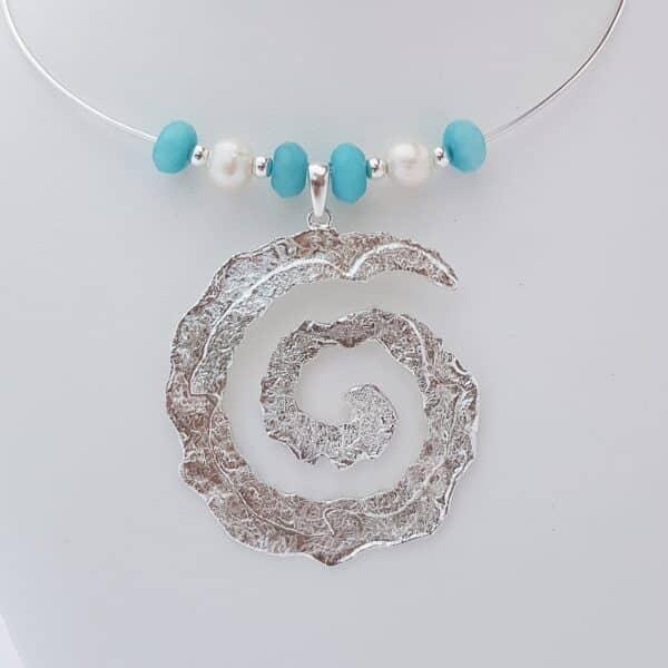 Colgante espiral de plata artesanal con ágata azul turquesa y perlas. Joyas Siliva.