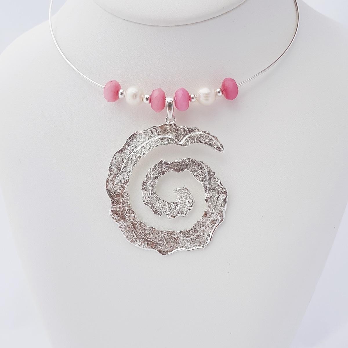 Colgante espiral de plata artesanal con ágata rosa y perlas. Joyas Siliva.