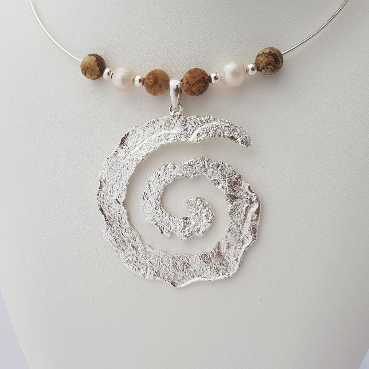 Colgante espiral de plata artesanal con jaspe y perlas. Joyas Siliva.