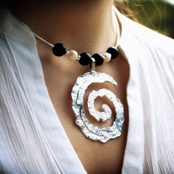 Colgante espiral de plata artesanal con ágata negra mate y perlas. Joyas Siliva.