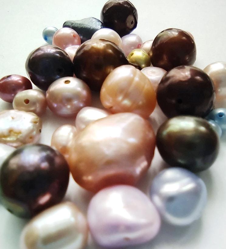 Tipos de perlas. Perlas de agua dulce teñidas de diferentes tamaños, formas y colores. Joyas Siliva