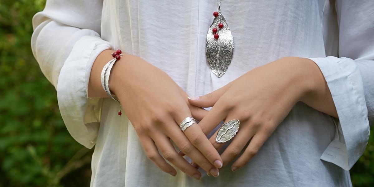 Conjunto hoja de plata artesanal con coral. Joyas Siliva.